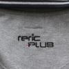 後ろに「reric PLUS」のロゴ刺繍